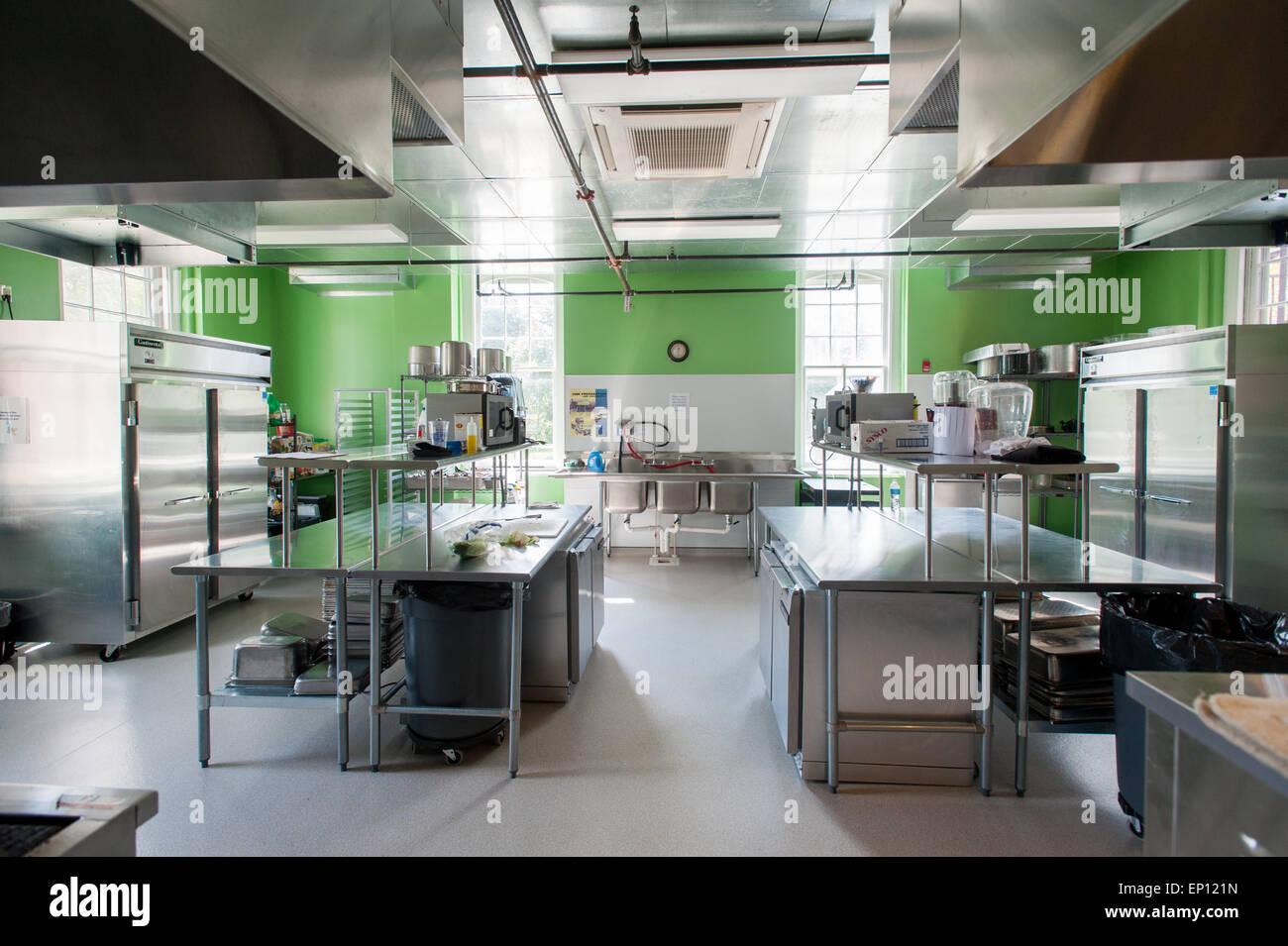 Institutionellen Küche mit hellen grün gestrichenen Wänden und ...