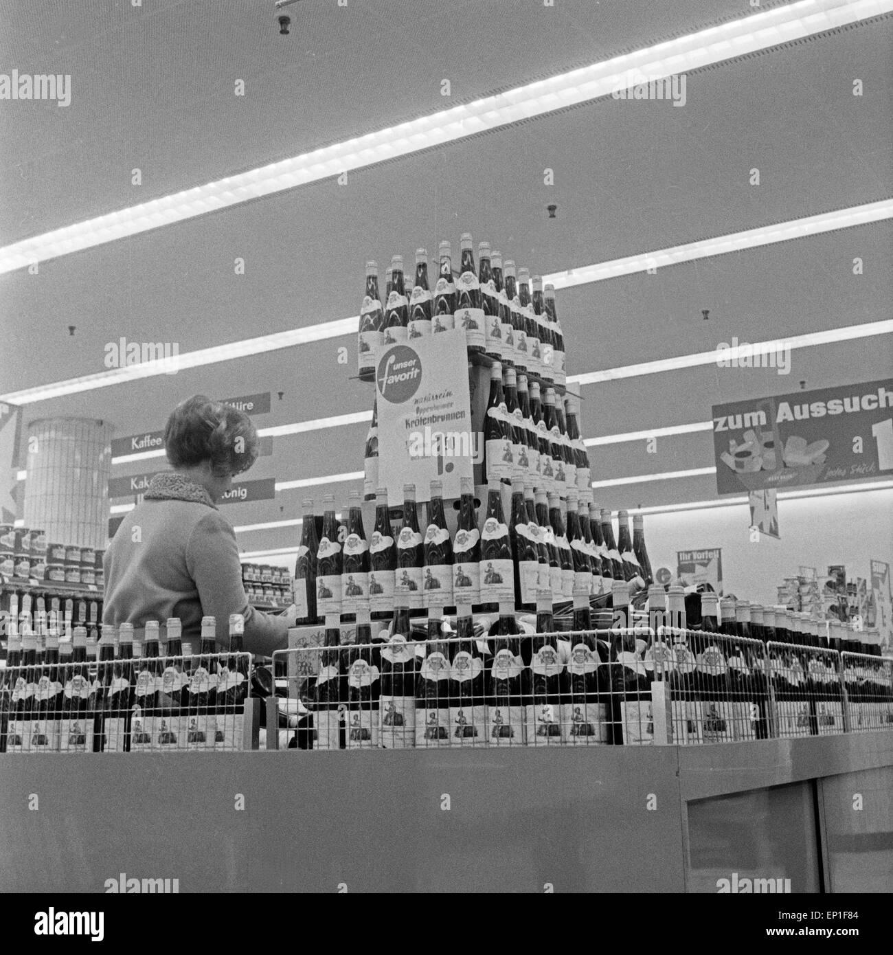Im Angebot in Einem Supermarkt in Hamburg: Oppenheimer Krötenbrunnen, Deutschland Anfang 1960er Jahre. Ein Stockbild