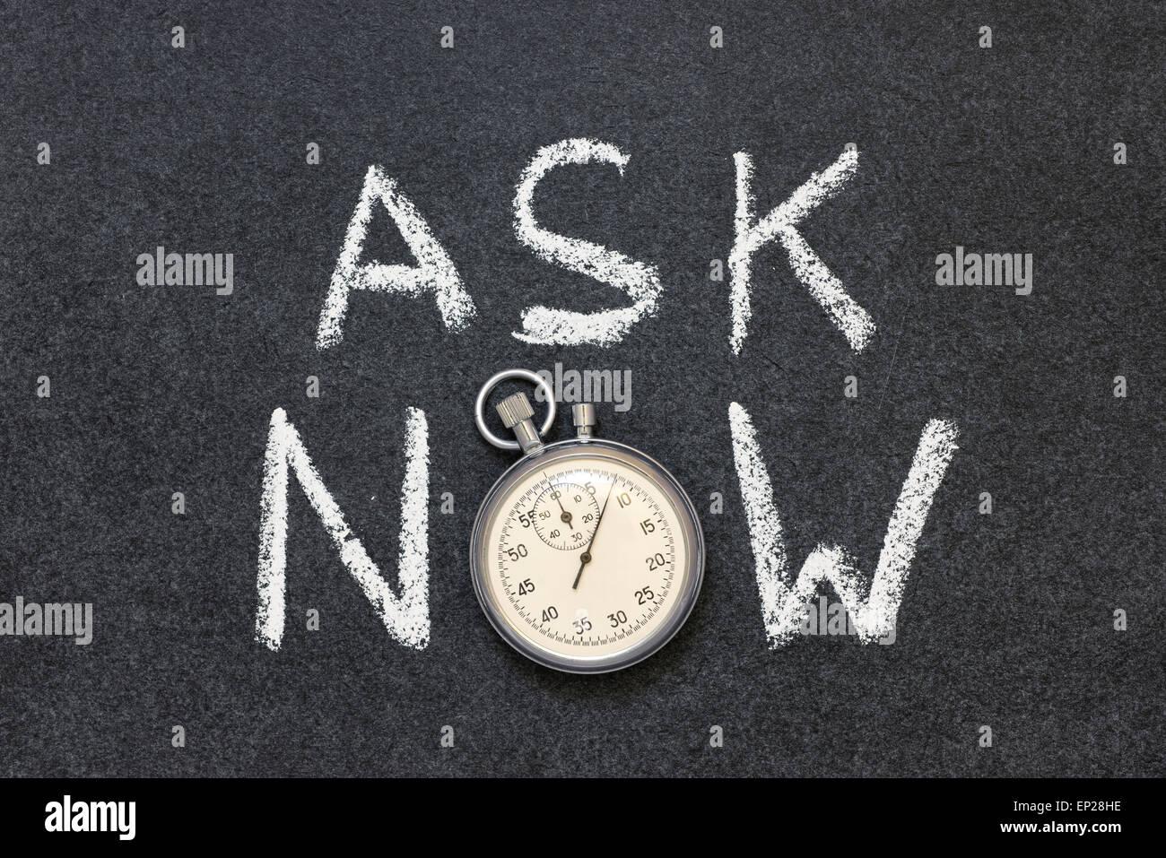 Fragen Sie jetzt Ausdruck handschriftlich auf Tafel mit Vintage präzise Stoppuhr verwendet anstelle von O Stockbild