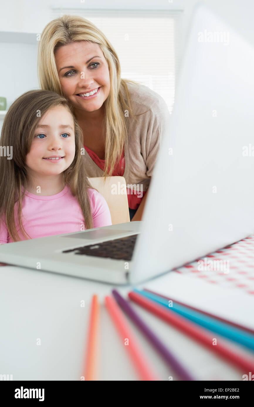 Mutter Tochter Laptop schauen hinter Stockbild