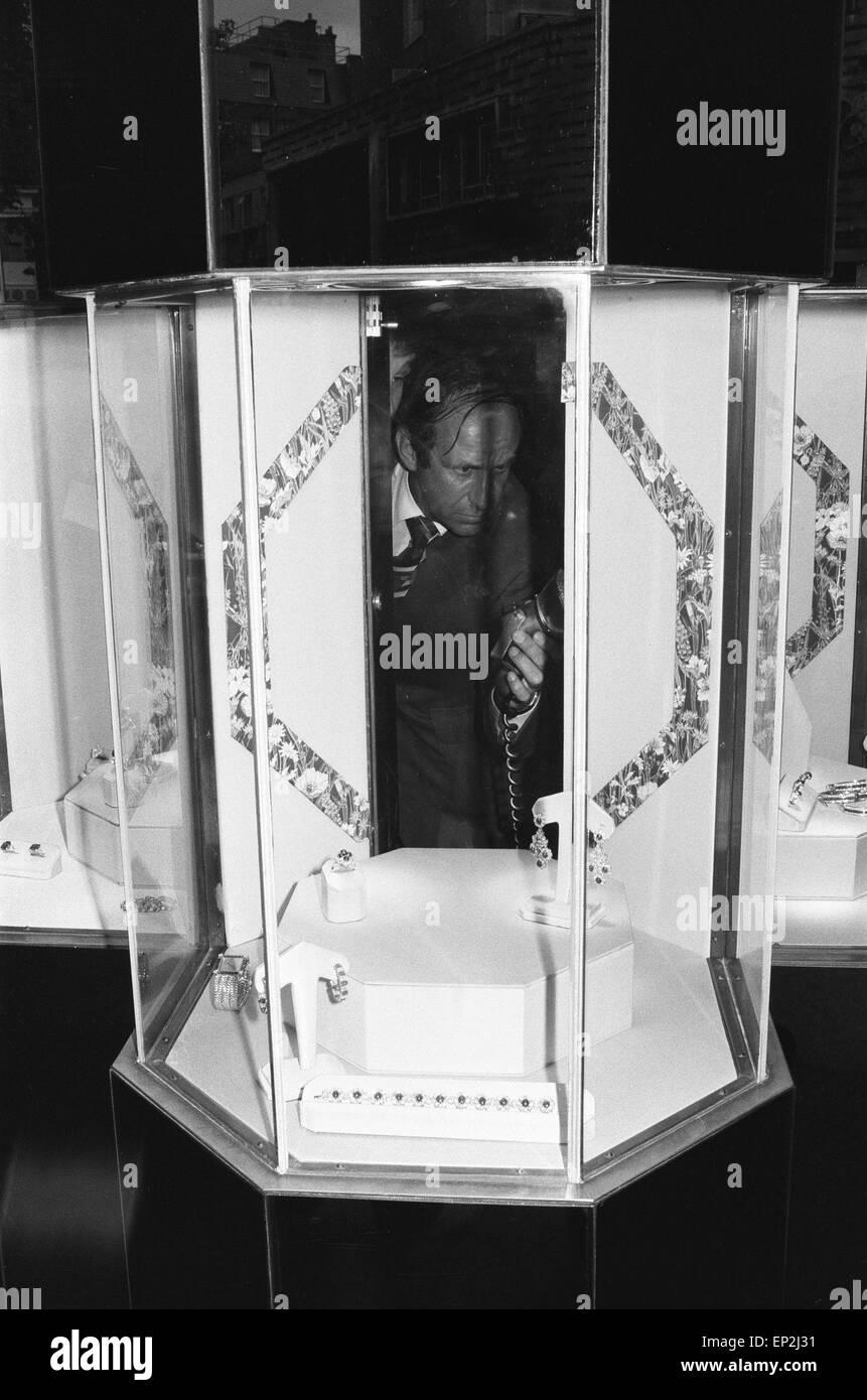 Polizei-Finger-print-Experten arbeiten im hinteren Teil der Vitrine aus der Marlborough Diamant stammt. Graaf Juweliere Stockbild