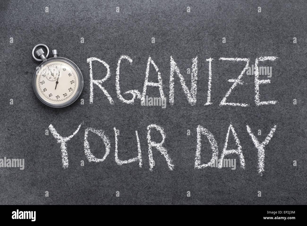 organisieren Sie Ihren Tag Ausdruck handschriftlich auf Tafel mit Vintage präzise Stoppuhr verwendet anstelle Stockbild