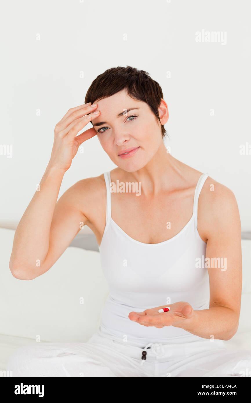 Nette Frau mit Kopfschmerzen Stockbild