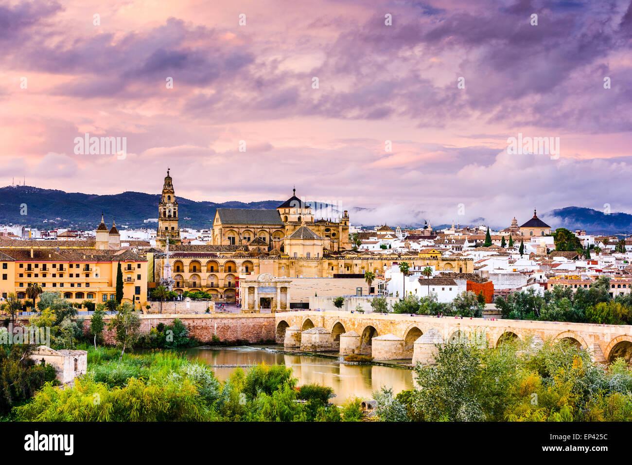 Cordoba, Spanien an der Römerbrücke und die Moschee-Kathedrale am Fluss Guadalquivir. Stockbild