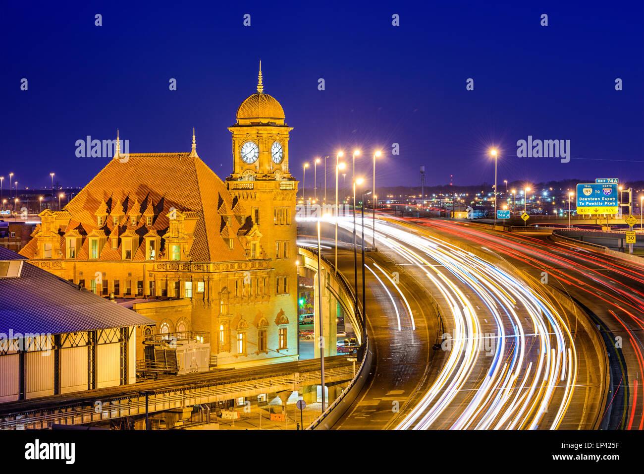 Richmond, Virginia, USA am historischen Main Street Station und Interstate 95. Stockbild