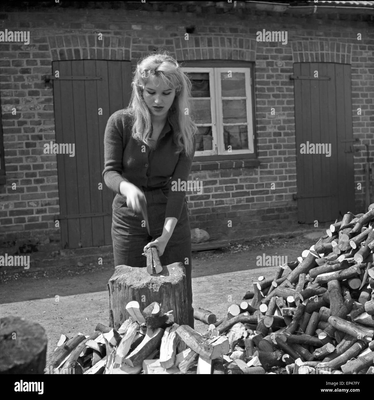sterben sie die deutsche schauspielerin karin stoltenfeldt beim holzhacken deutschland 1950er. Black Bedroom Furniture Sets. Home Design Ideas