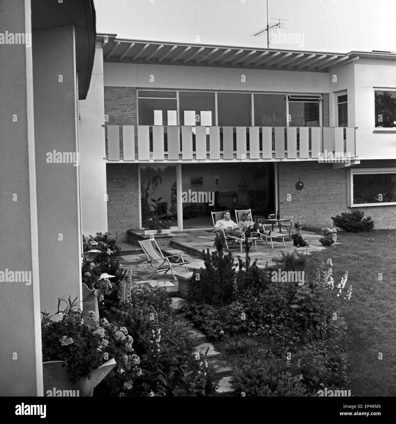 peter frankenfeld mit seiner frau lonny kellner auf der terrasse im garten des hauses erlenweg. Black Bedroom Furniture Sets. Home Design Ideas