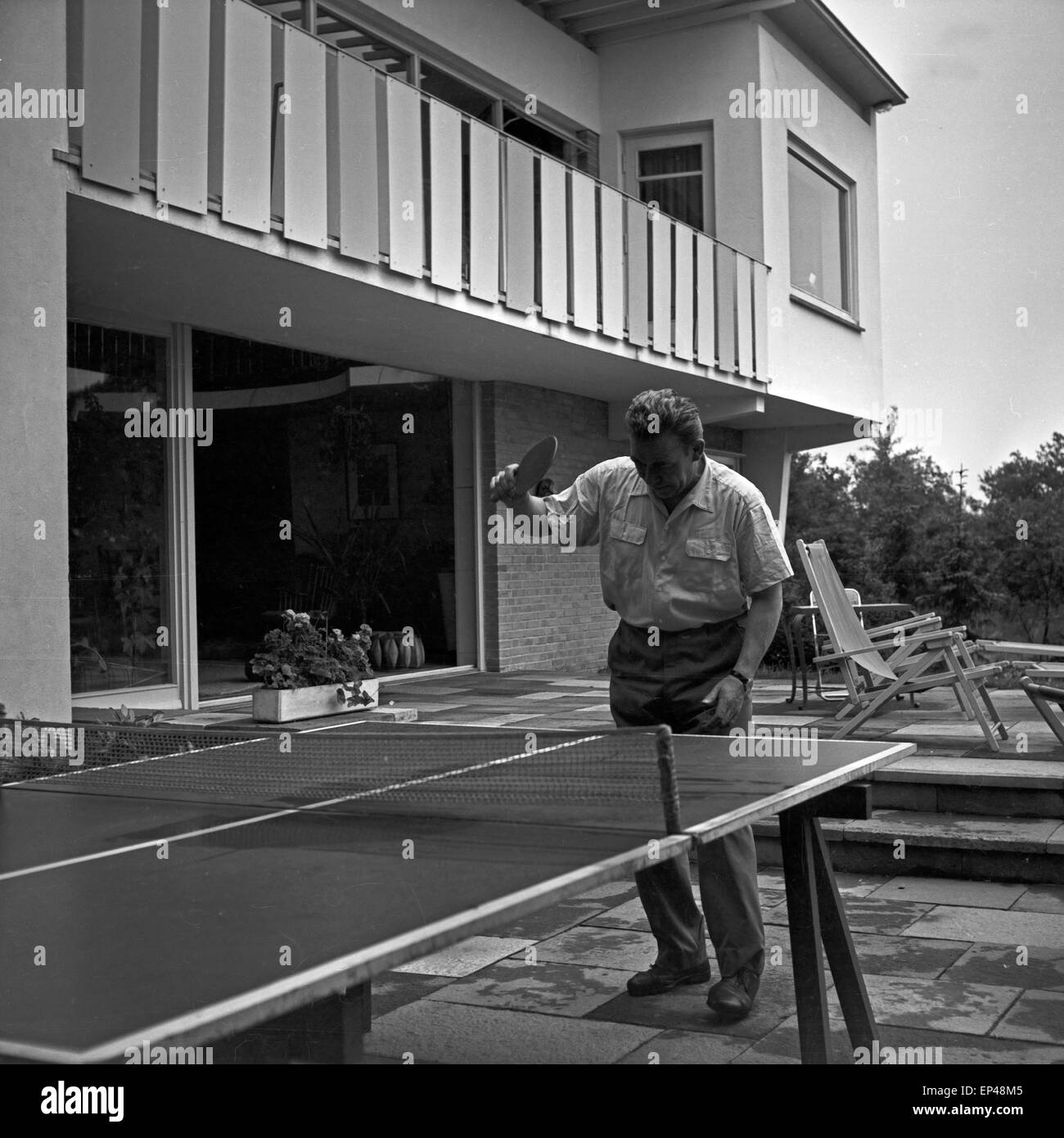 peter frankenfeld spielwarenmesse tischtennis auf der terrasse im garten des hauses erlenweg 16. Black Bedroom Furniture Sets. Home Design Ideas