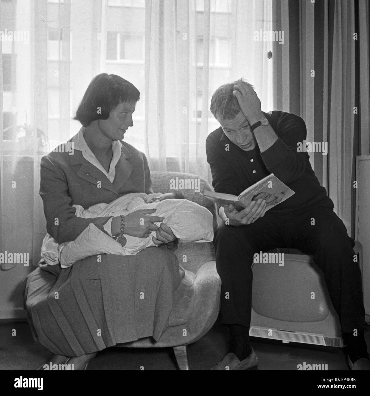 family tv 1950s stockfotos family tv 1950s bilder alamy. Black Bedroom Furniture Sets. Home Design Ideas