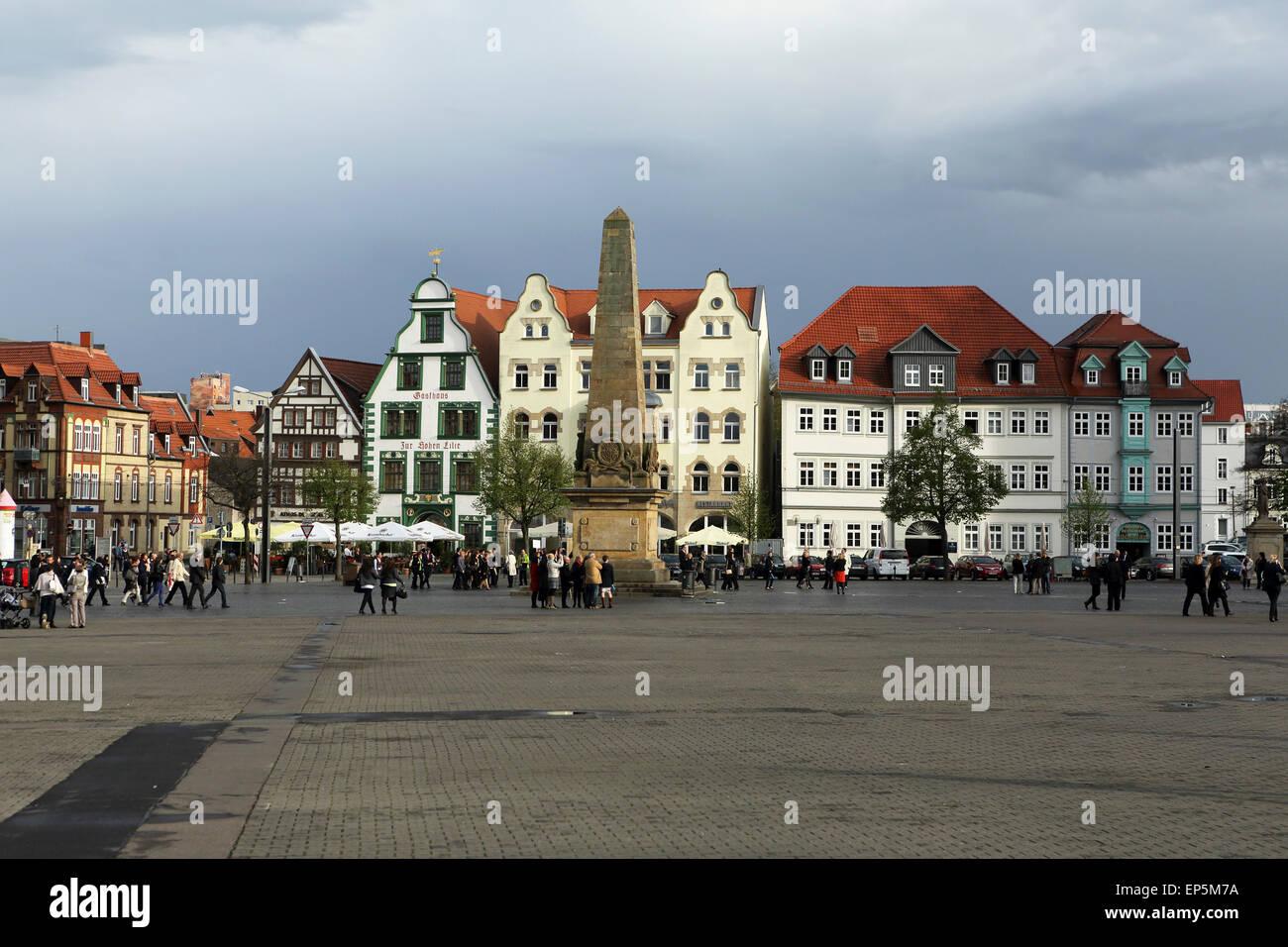 Gebäude rund um den Domplatz (Domplatz) in Erfurt, Deutschland. Ein Obelisk steht auf dem Platz. Stockbild