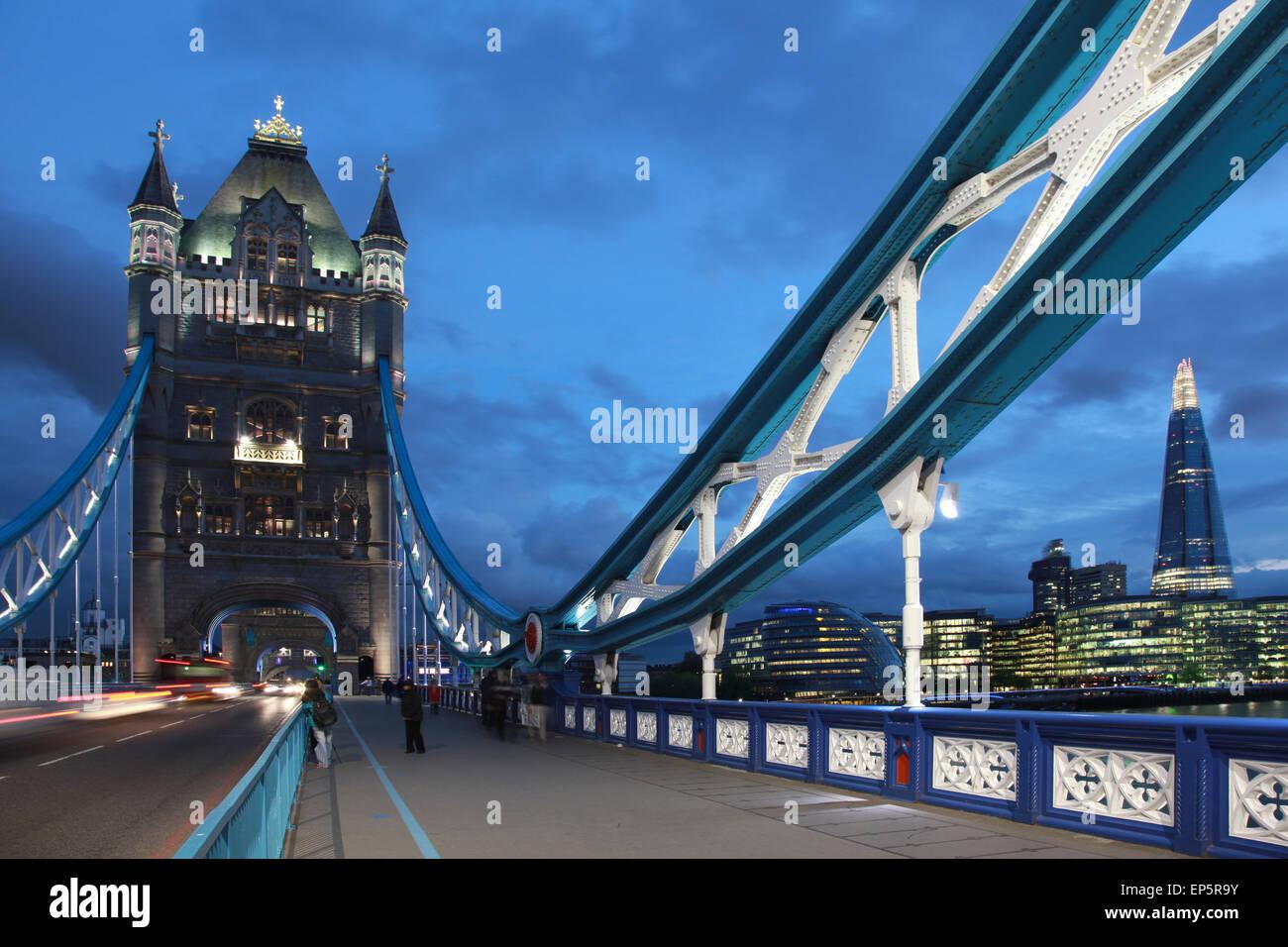 London Tower Bridge Zur Blauen Stunde Stockbild