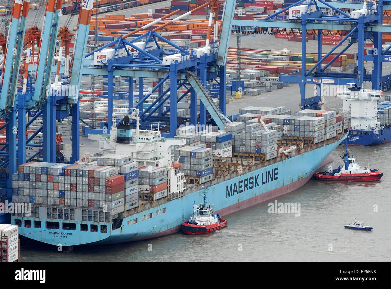 bremerhaven deutschland 14 mai 2015 das containerschiff maersk karach wird von schleppern. Black Bedroom Furniture Sets. Home Design Ideas