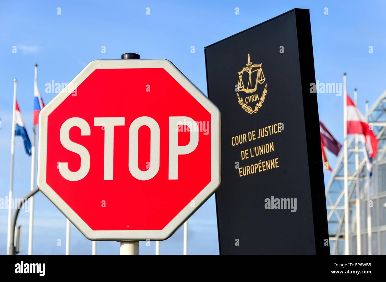 Stop-Schild vor dem Eingang des Gerichtshofs der Europäischen Union, im Europäischen Viertel, Kirchberg, Stockbild
