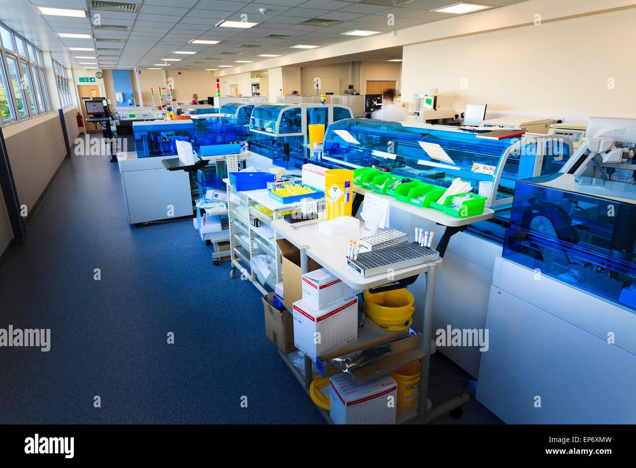 Blut Wissenschaften automatisierte Analyse Maschine im Krankenhaus Stockbild