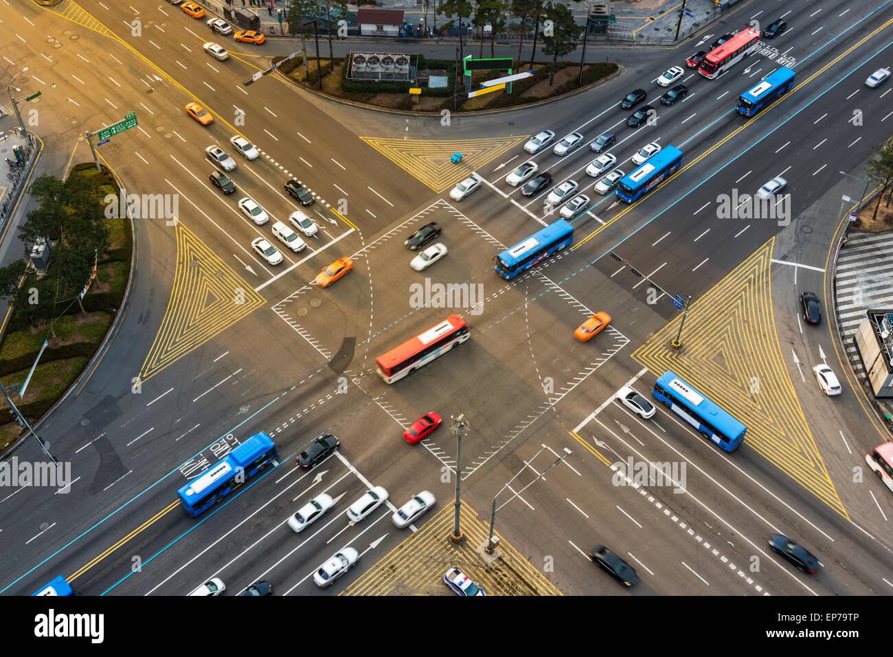 Fahrzeuge fahren durch eine Kreuzung während der Rush Hour in Gangnam, Seoul. Stockbild