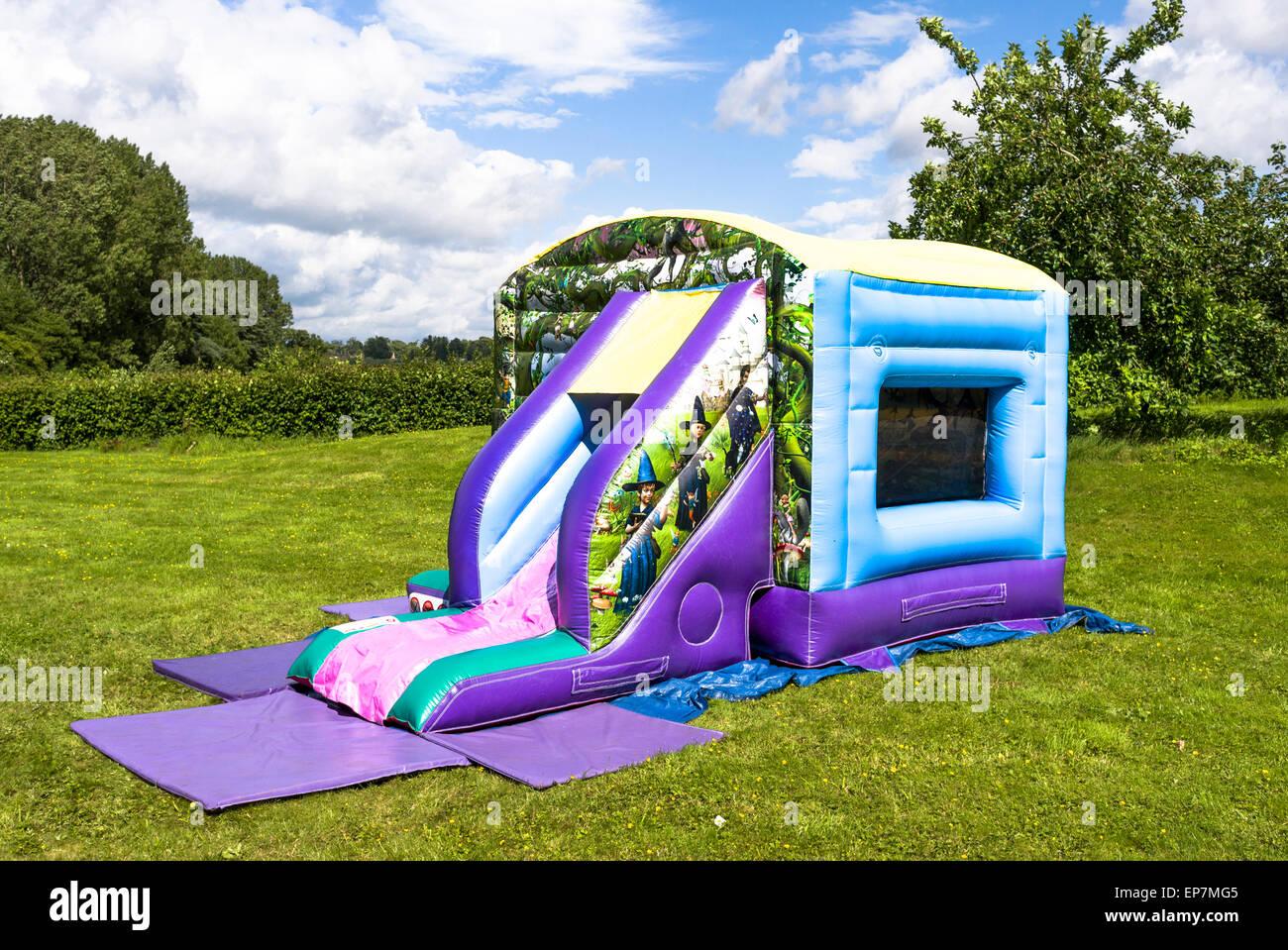 Aufgeblasenen Hüpfburg bereit für ein Outdoor-Kinder-party Stockbild
