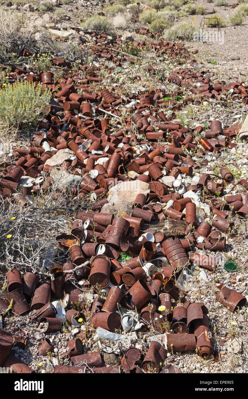 alte rostige Dosen in einem verlassenen Müllkippe in der Wüste übersät Stockbild