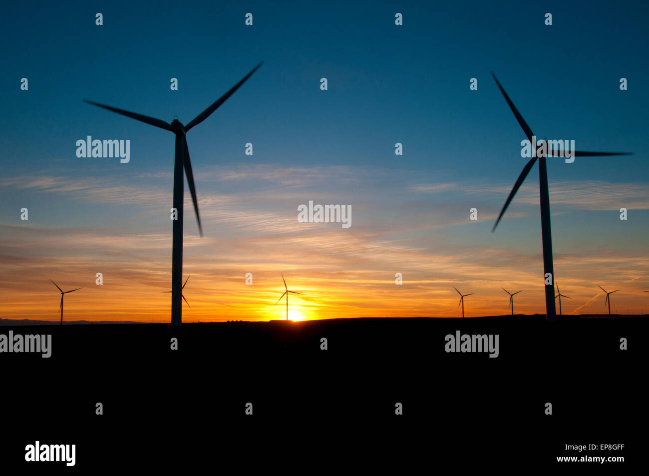Windenergieanlagen bei Sonnenuntergang in SW in Idaho Stockbild