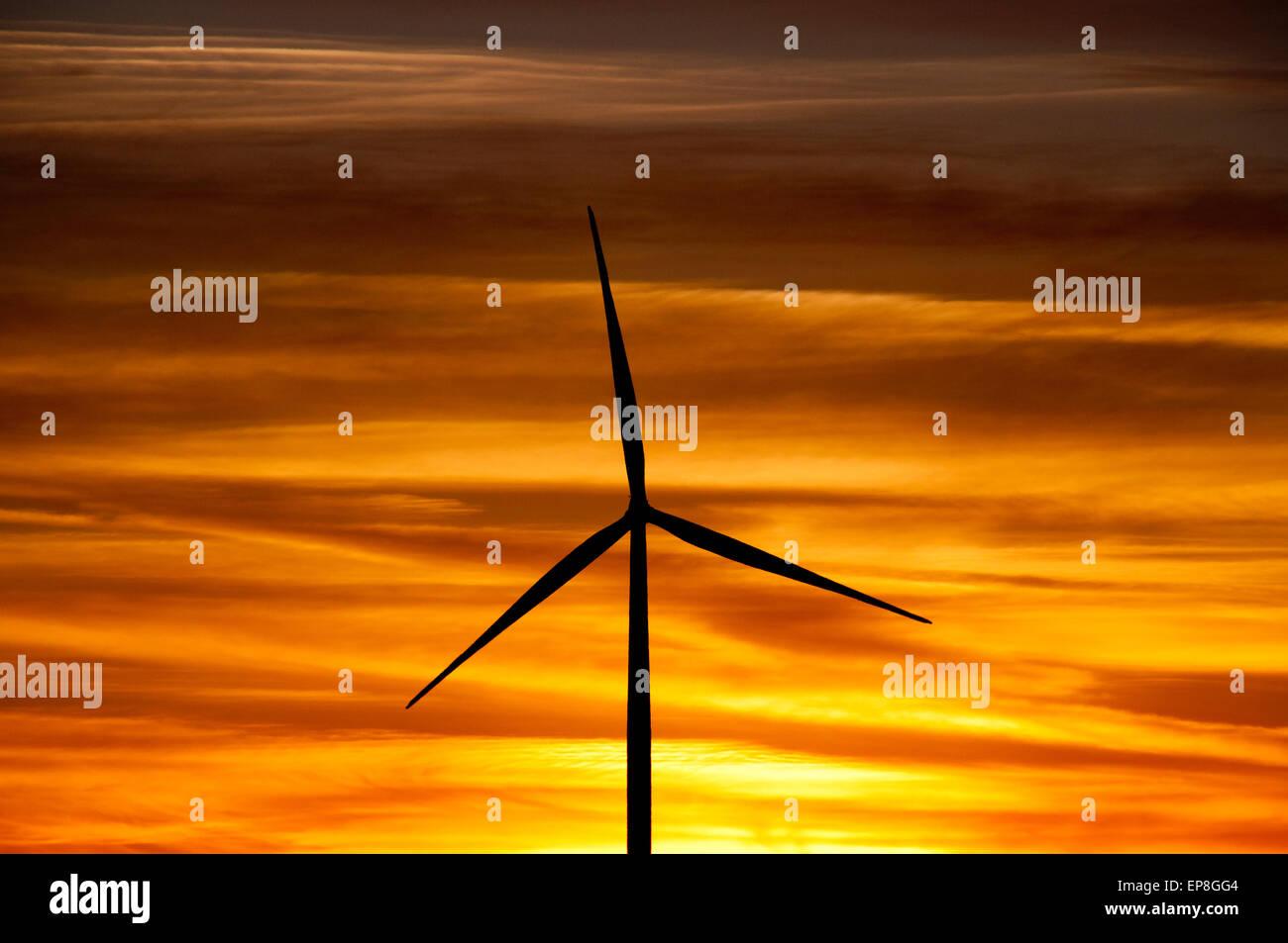 Windkraftanlage bei Sonnenuntergang in SW in Idaho Stockbild