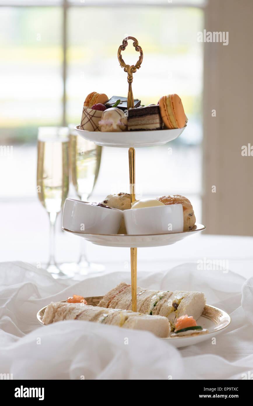 Nachmittagstee mit Kuchen, Scones und Finger-Sandwiches. Stockbild