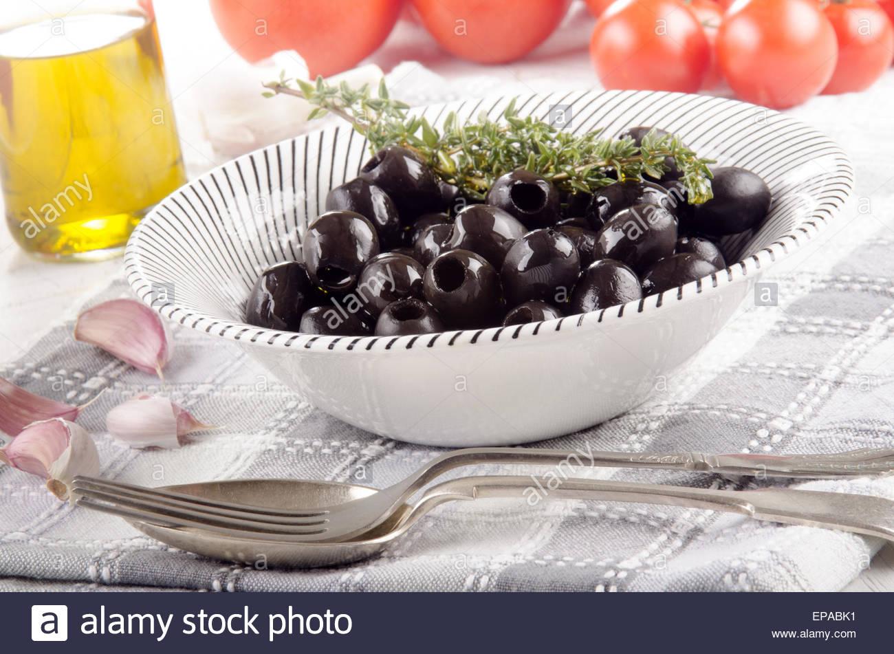 schwarze oliven in eine sch ssel geben stockfoto bild 82592581 alamy. Black Bedroom Furniture Sets. Home Design Ideas