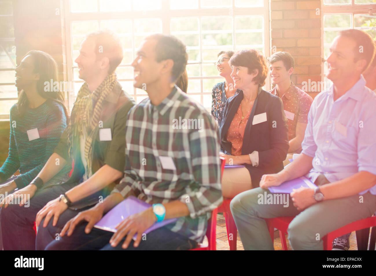 Publikum lächelnd Gemeindezentrum Stockbild