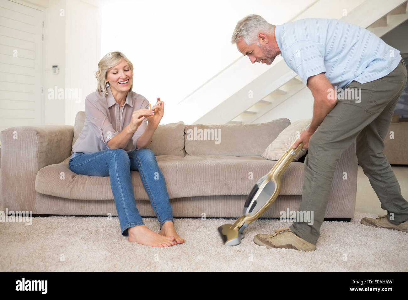 woman vacuuming room stockfotos woman vacuuming room bilder seite 3 alamy. Black Bedroom Furniture Sets. Home Design Ideas