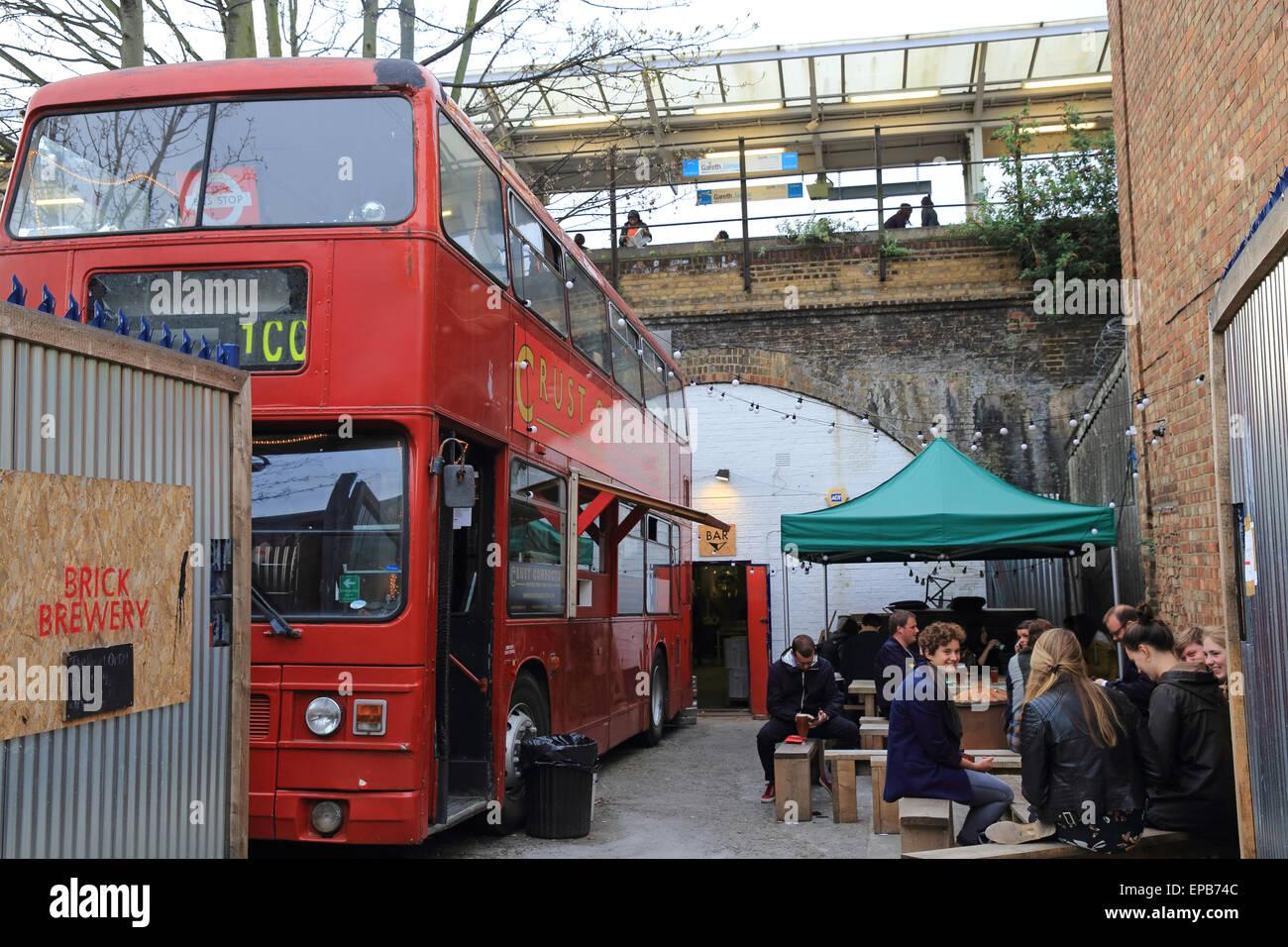 Der schrullige umgebaute Bus Kruste Dirigent pop-up-Restaurant, im trendigen Peckham Rye in SE London, England, Stockbild