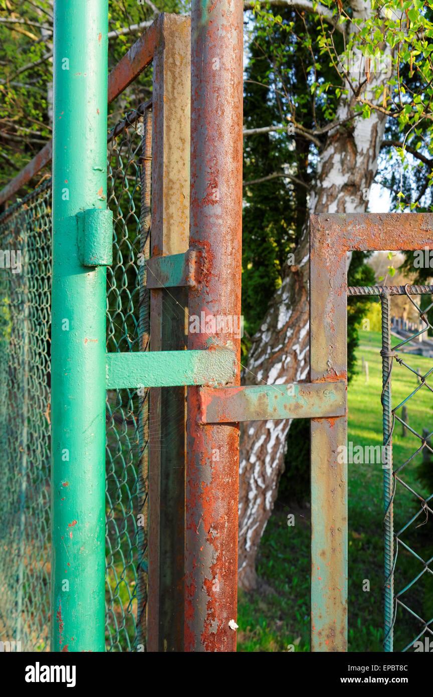 Nahaufnahme Von Einem Alten Rostigen Zaun Stockfoto Bild 82624428