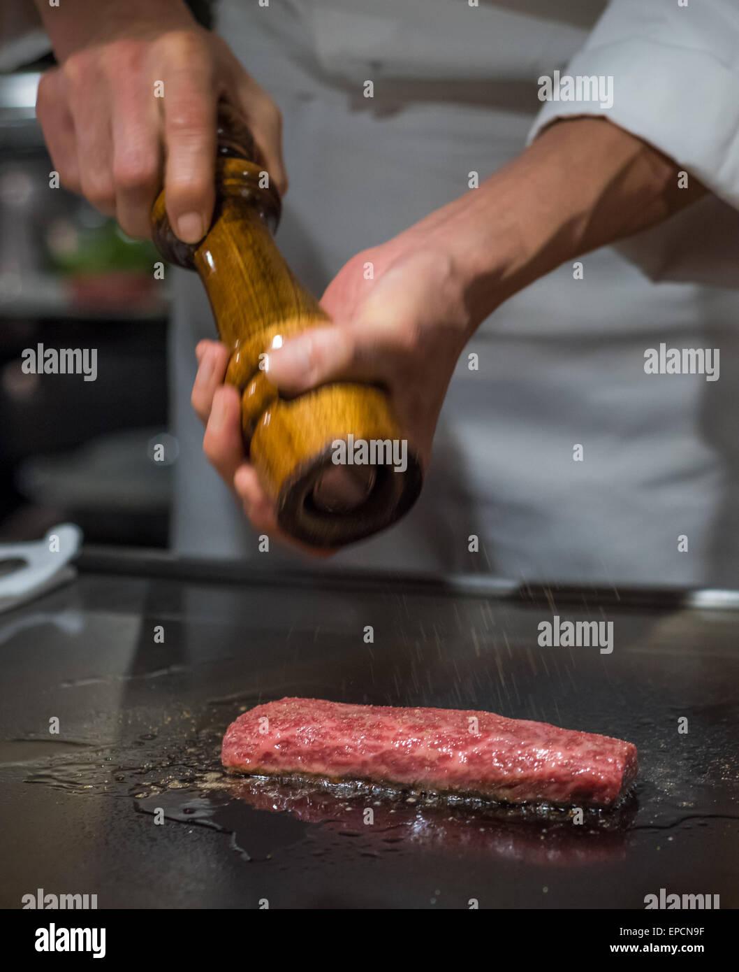 Koch Kochen Wagyu Rindfleisch im japanischen Teppanyaki Restaurant, Tokio, seichtem Fokus Stockfoto