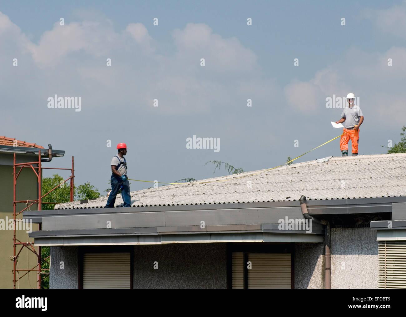 Wartungspersonal Mit Massband Auf Wellpappe Asbest Eternit Dach Ein