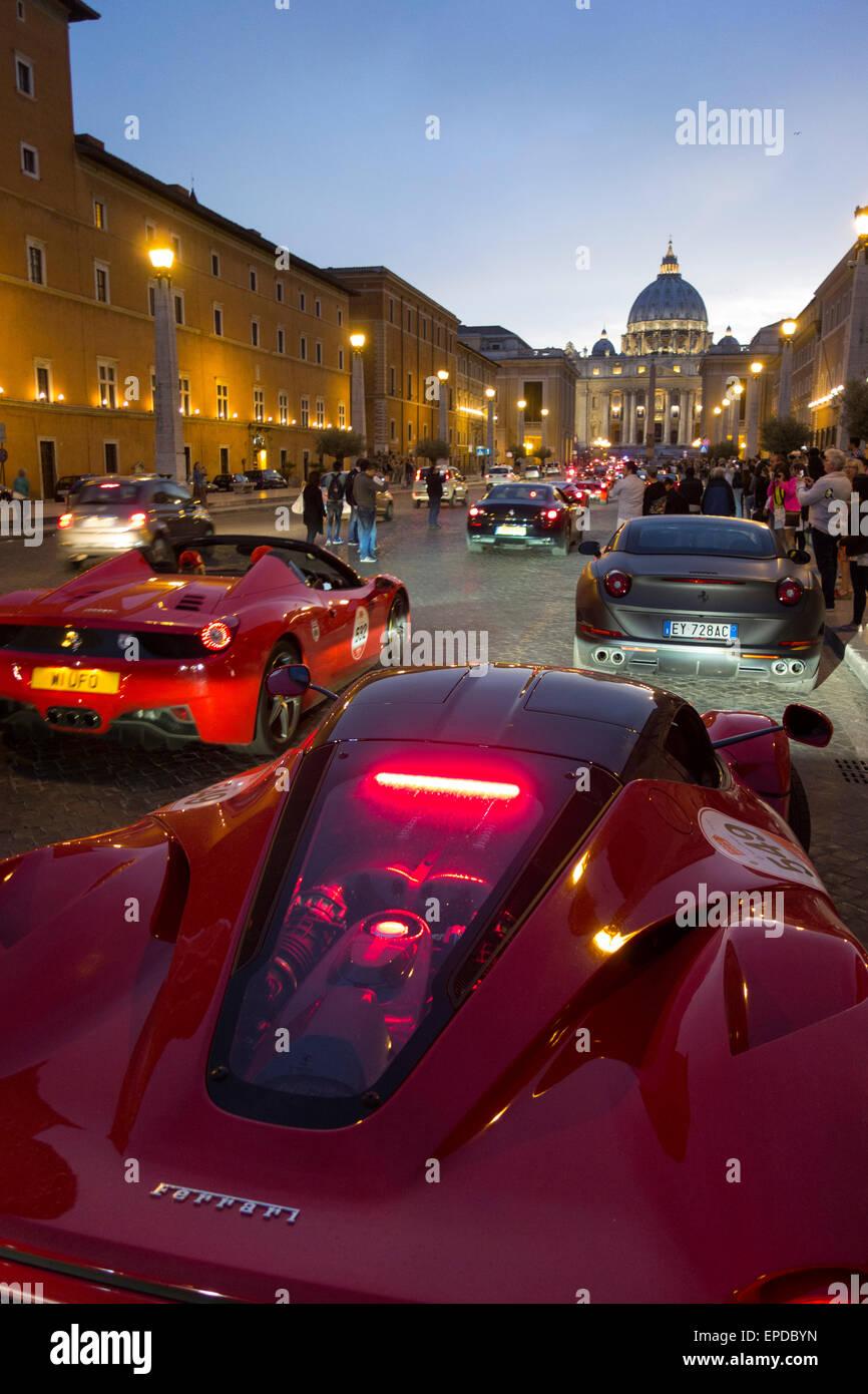 Rom. Italien. Autos, die Teilnahme an der Oldtimer-Rallye Mille Miglia versammeln sich auf der Via della Conciliazione. Stockbild