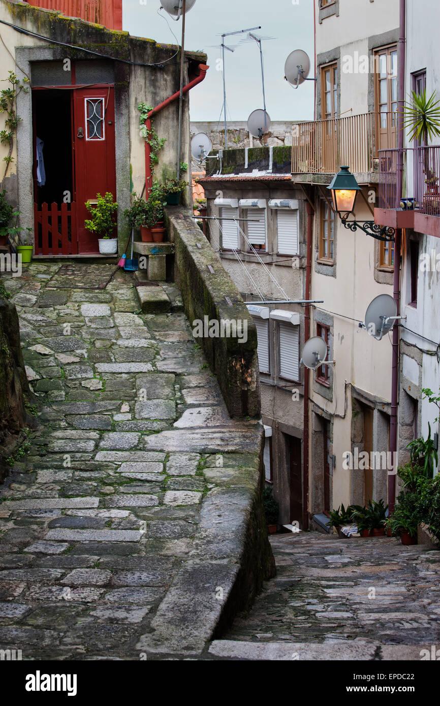Mittelalterliche abfallende Gasse in Ribeira, Altstadt von Porto in Portugal, historische Zentrum der Stadt. Stockbild