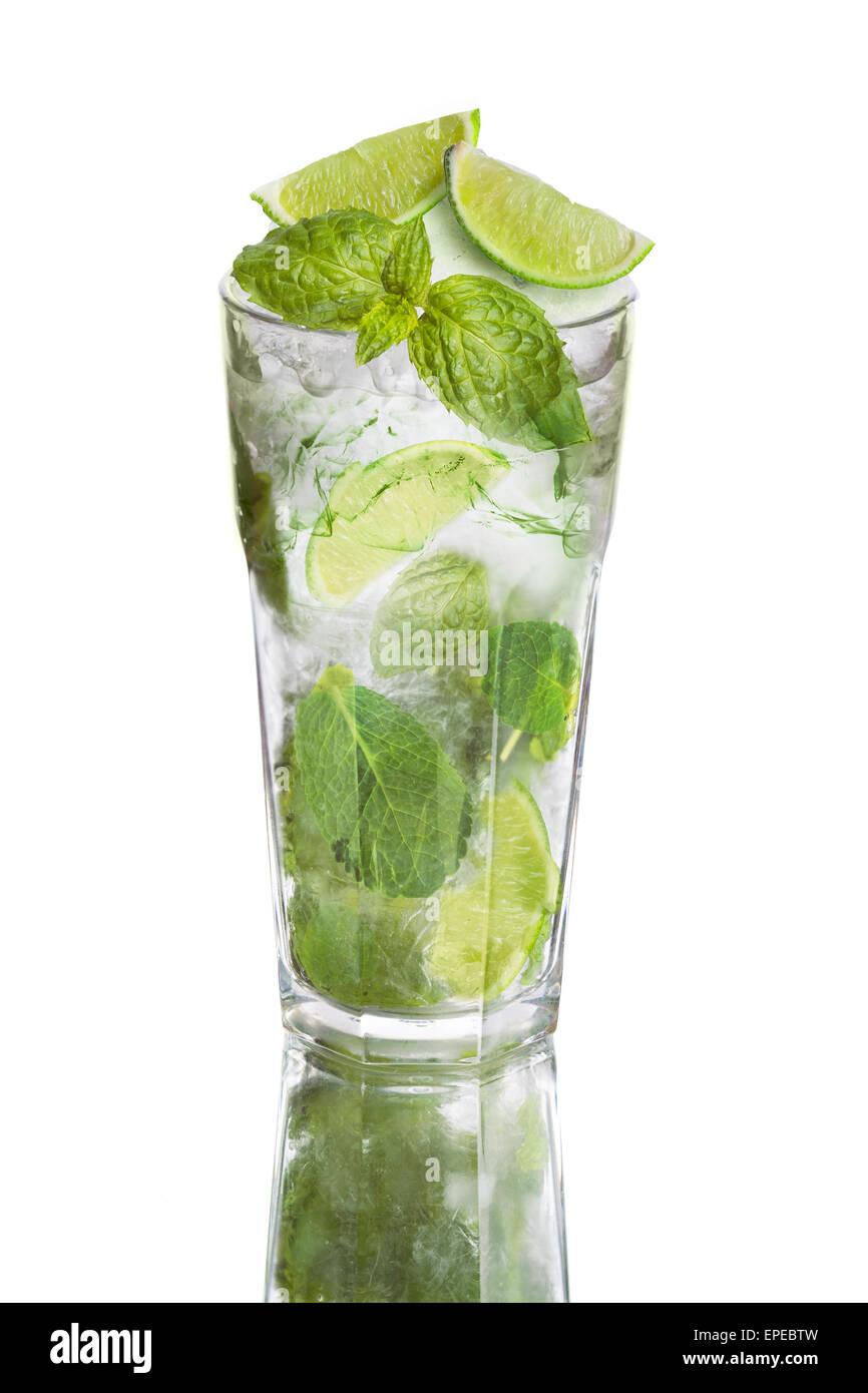 Mojito isoliert auf weiss. Beliebte alkoholische Cocktail mit Limette, Minze und rum Stockbild
