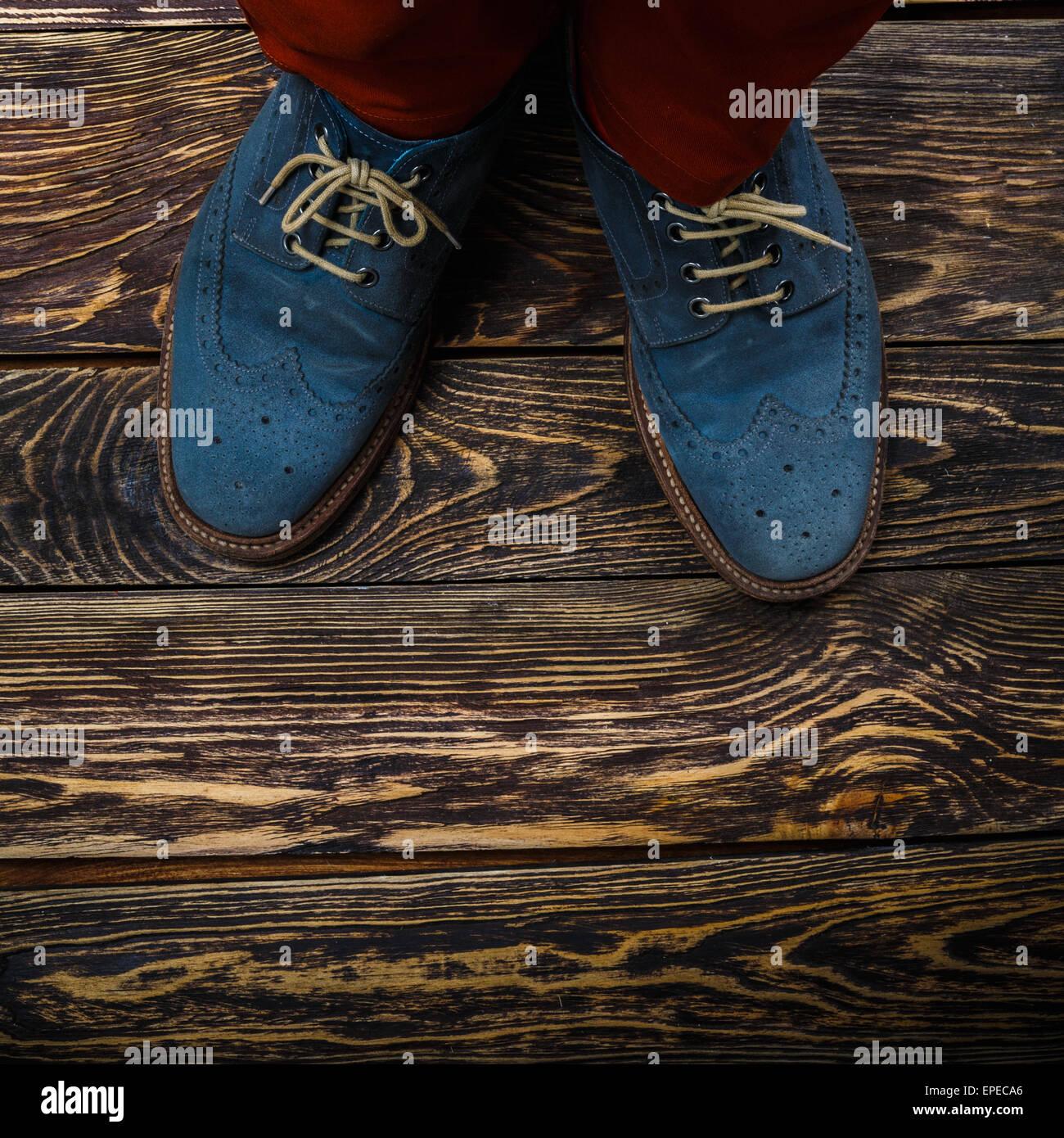 Nahaufnahme des Herren Halbschuhe (auch bekannt als Derbys, Gibsons oder Flügelspitzen) aus blauen geölte Stockbild