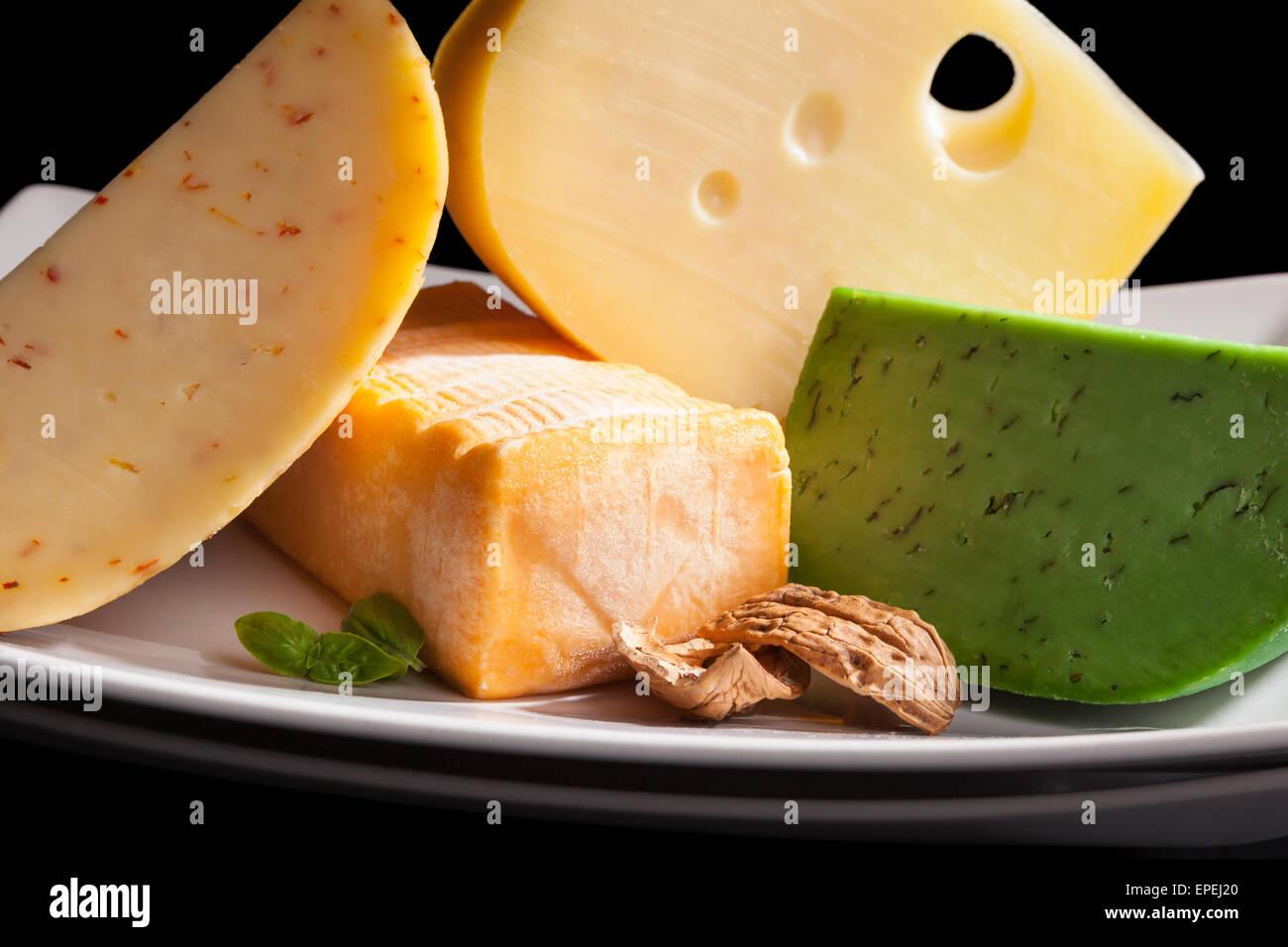 Bunte kulinarische Käse Variation auf schwarzem Hintergrund. Gourmet ...