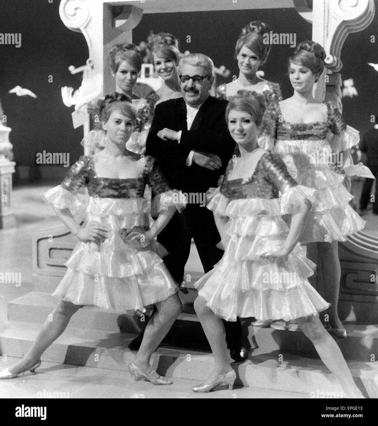 Der Kölner Wien Willy Millowitsch Inmitten von Revuetänzerinnen, 1950er Jahre. Deutscher Schauspieler Stockbild