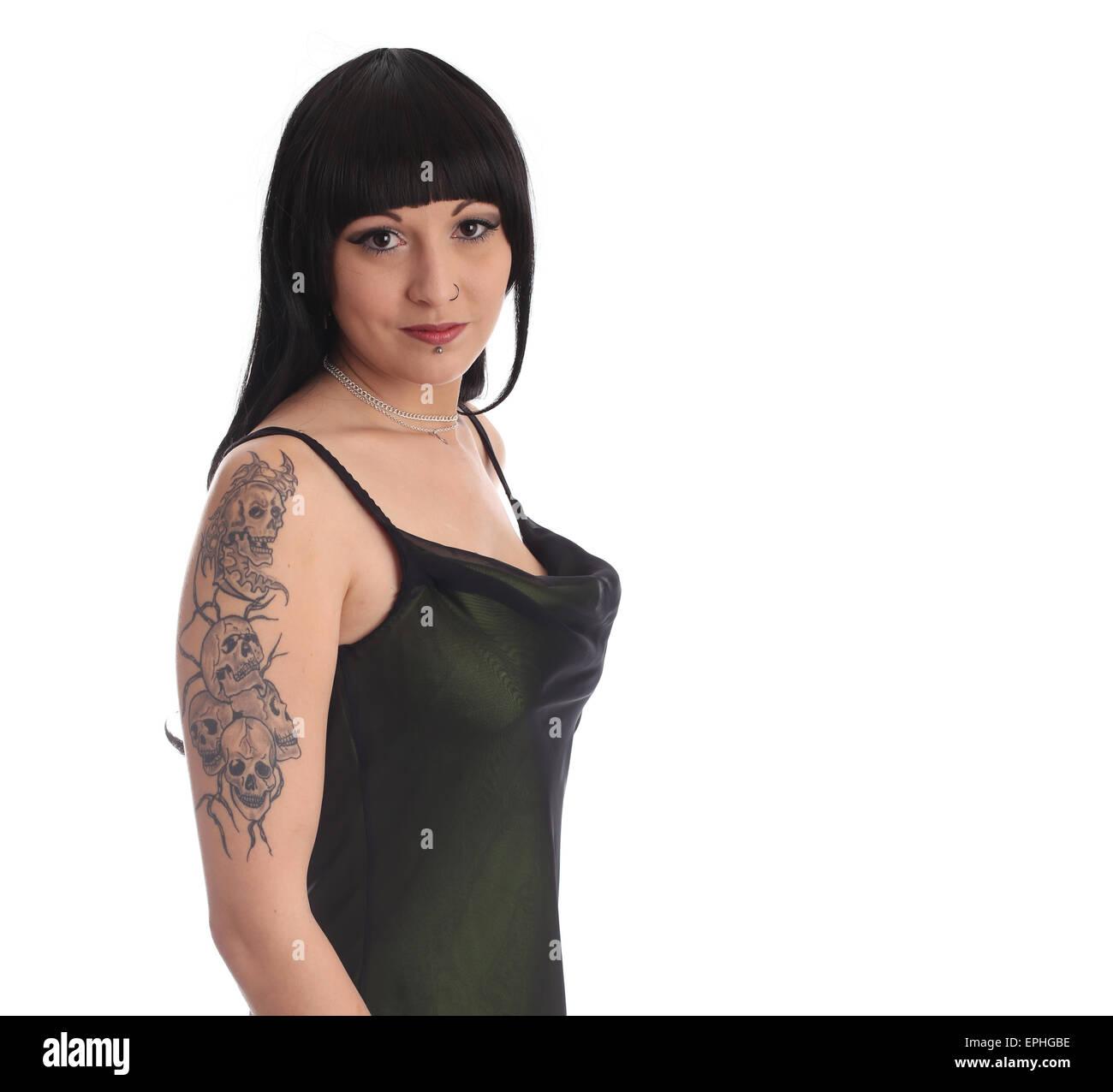 sch ne junge frau zeigt ihr sch del tattoo ist auf dem. Black Bedroom Furniture Sets. Home Design Ideas