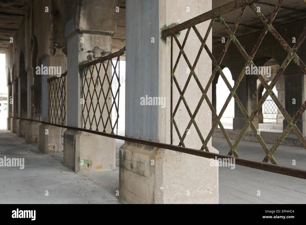 Verwitterte Metallgeländer, unter der alten Brücke. Stockbild
