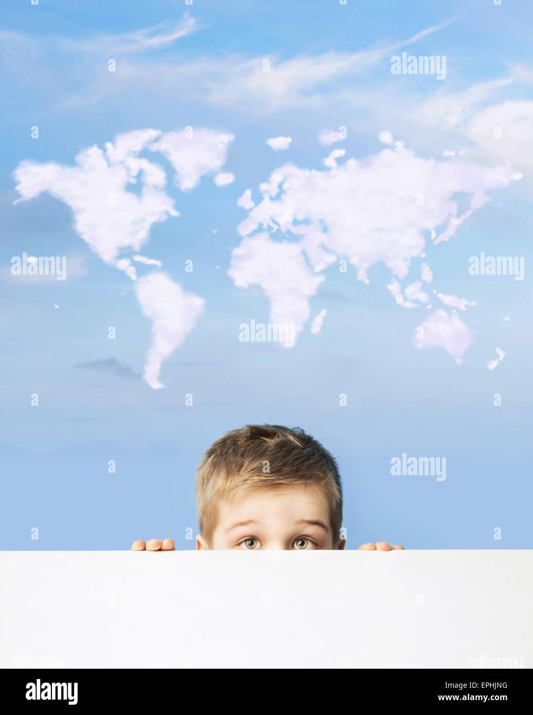 Porträt eines Kindes mit Weltkarte über Kopf Stockbild