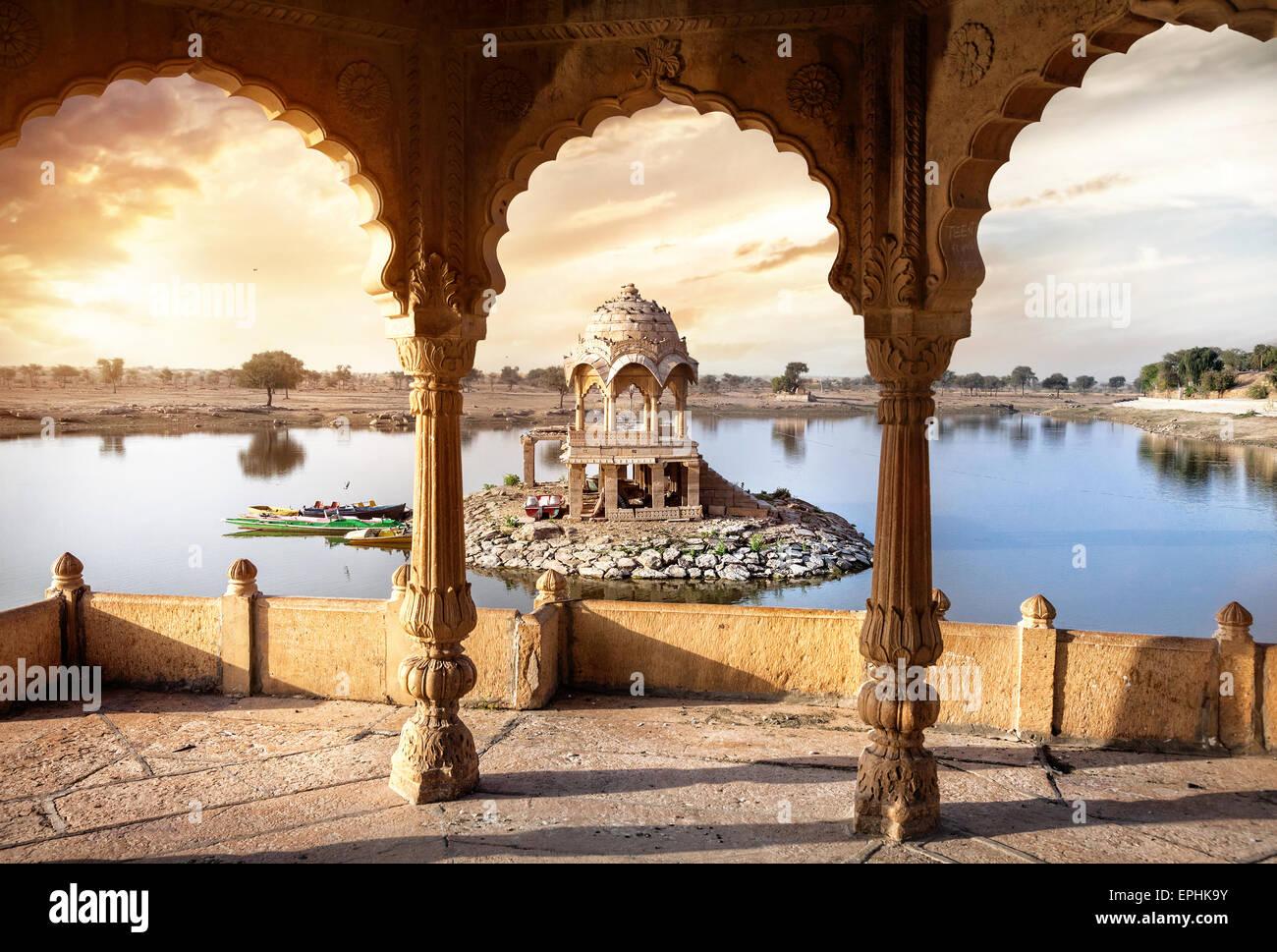 Bögen und Tempel in Gadi Sagar See bei Sonnenuntergang Himmel in Jaisalmer, Rajasthan, Indien Stockbild