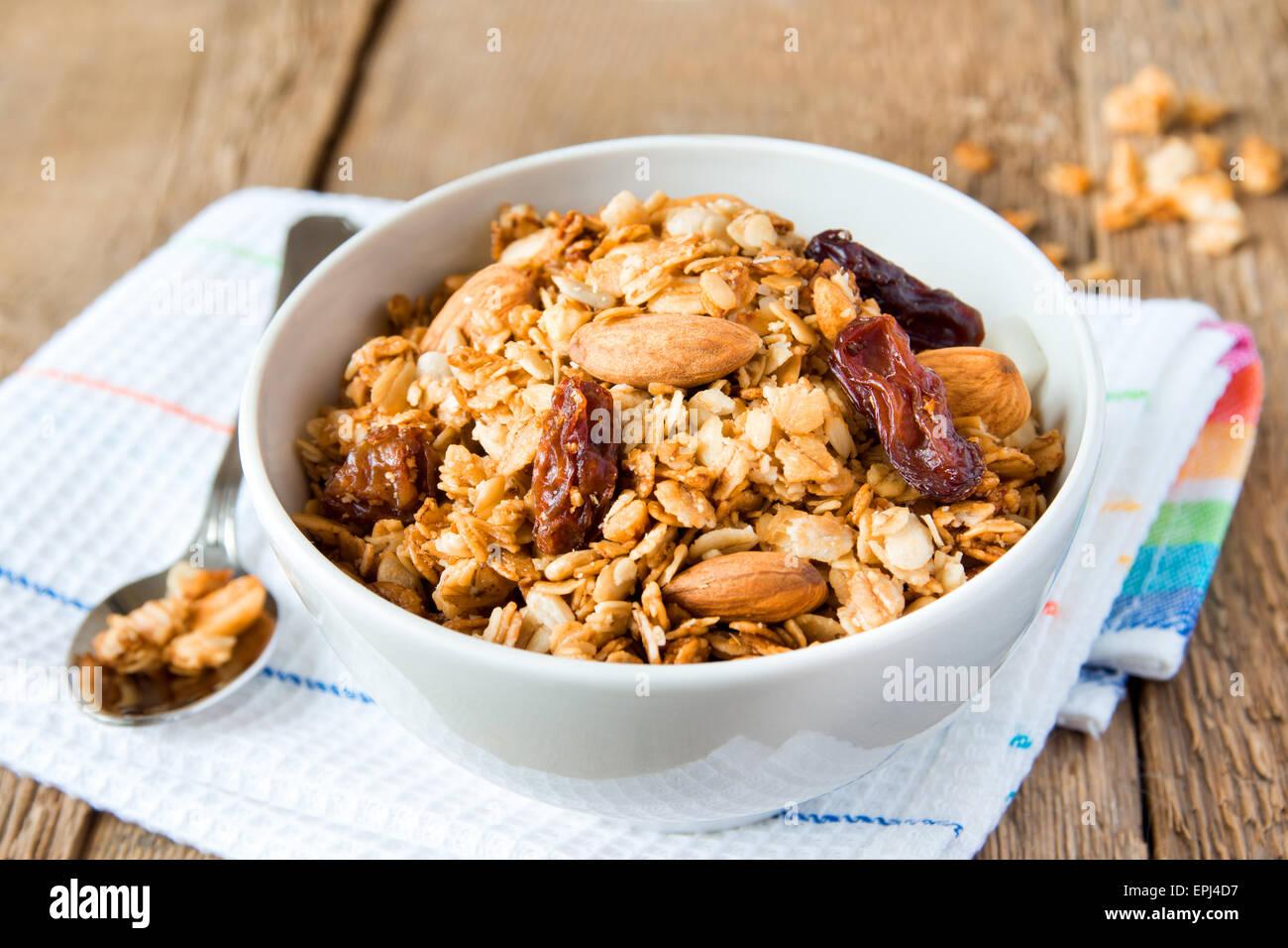 Vollkorn-Müsli zum Frühstück, mit vielen trockenen Früchten, Nüssen und Körnern hautnah, Stockbild