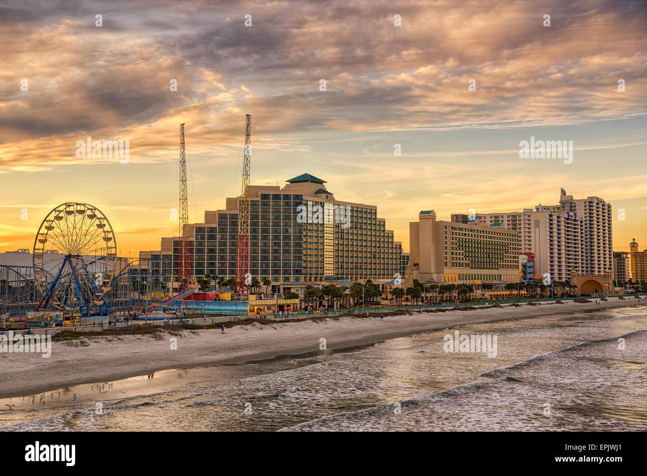 Skyline von Daytona Beach, Florida, bei Sonnenuntergang aus dem Fishing Pier. Stockbild