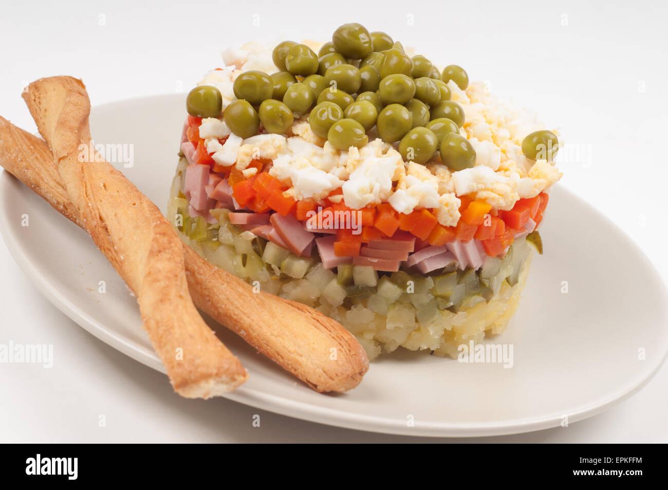 Kartoffel-Olivier, russischer Salatzutaten Stockbild