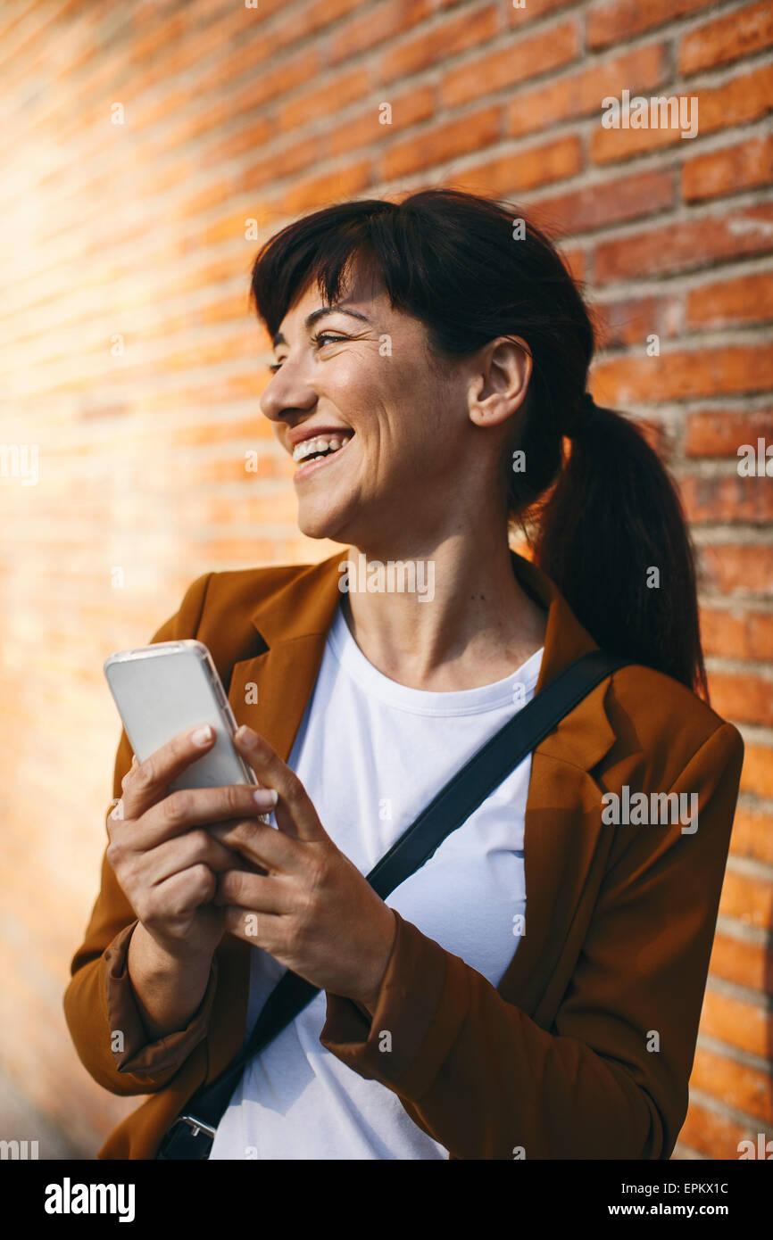 Lächelnde Geschäftsfrau mit smartphone Stockbild