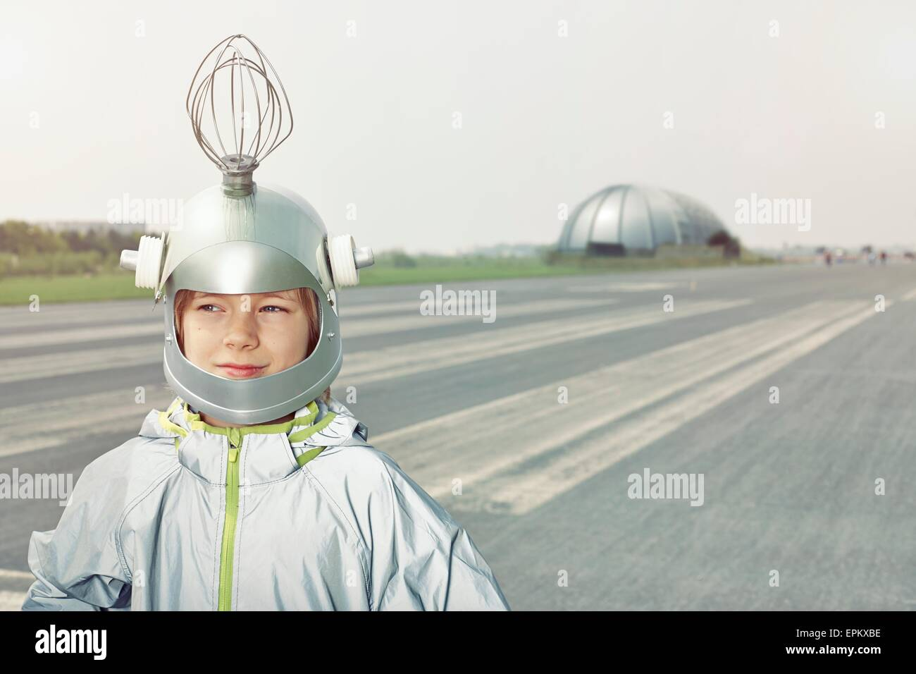 Junge verkleidet als Raumfahrer Stockbild