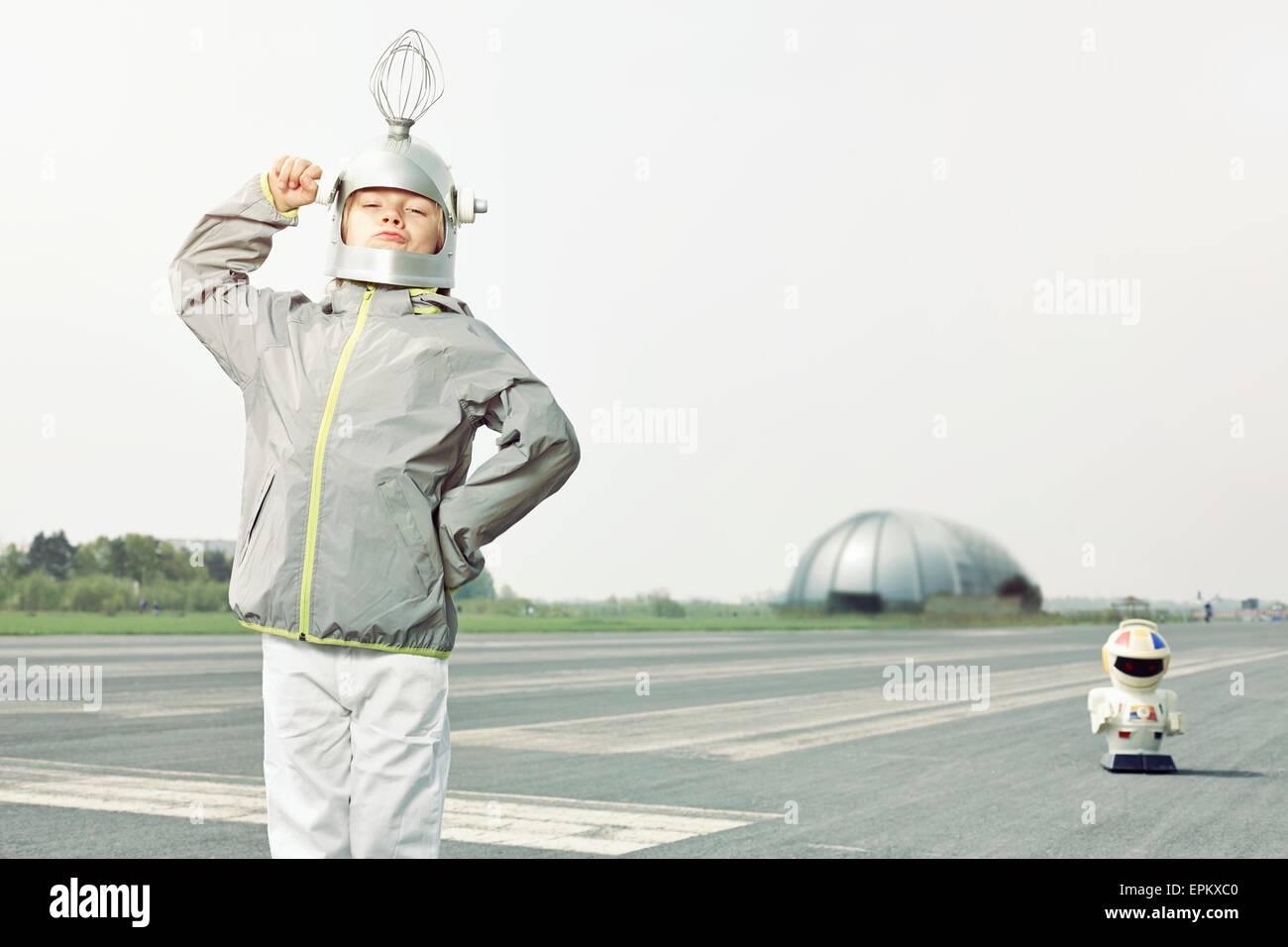 Überzeugt junge verkleidet als Raumfahrer Stockbild