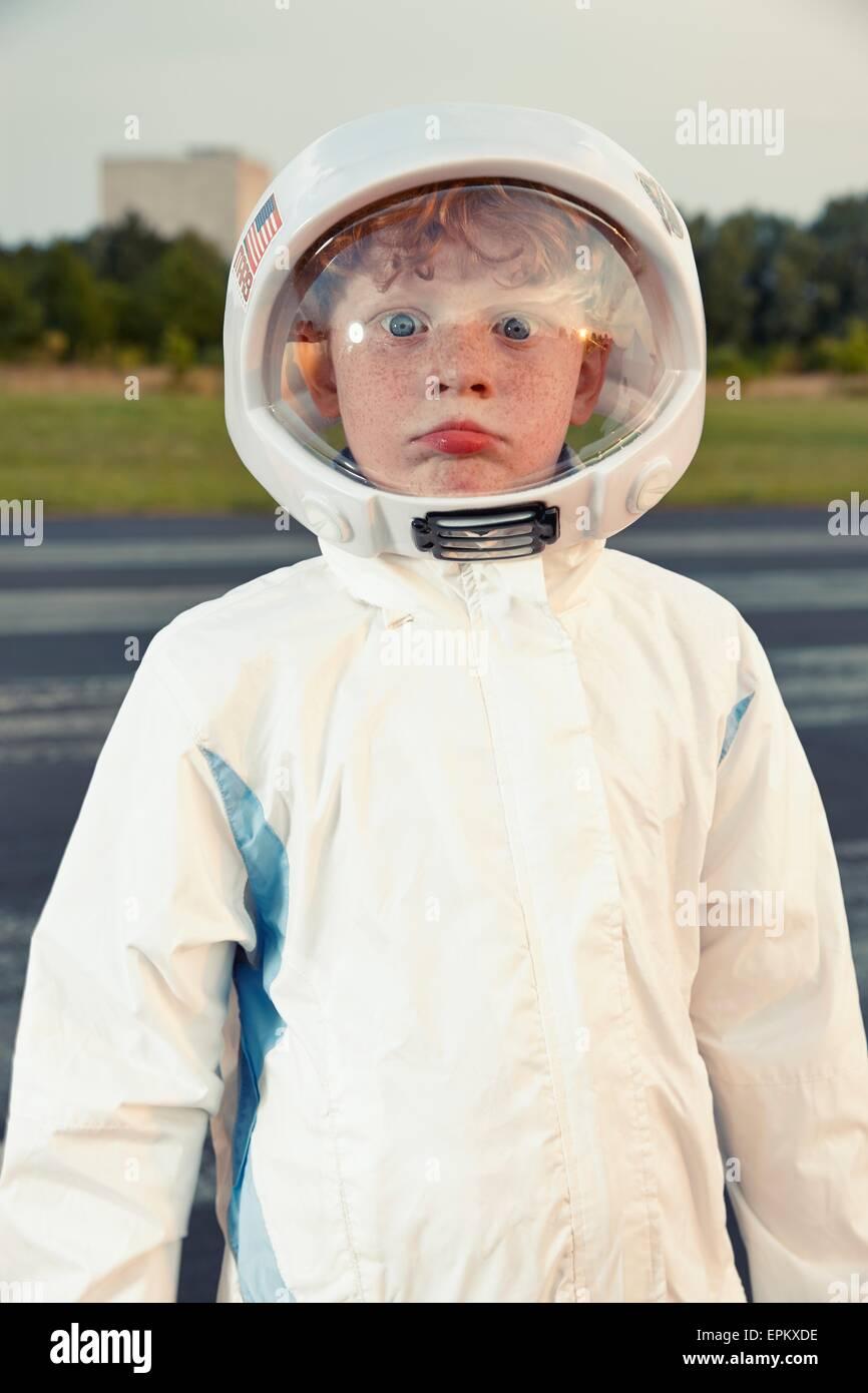 Porträt eines jungen, verkleidet als Raumfahrer Stockbild