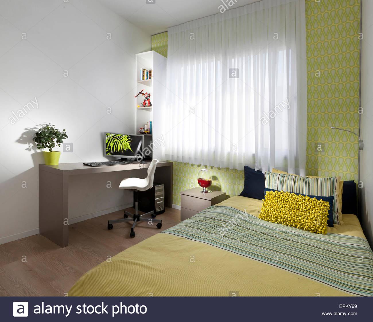 Schlafzimmer Mit Doppelbett Und Schreibtisch In Modernen Villa, Givu0027at  Smuel, Israel.