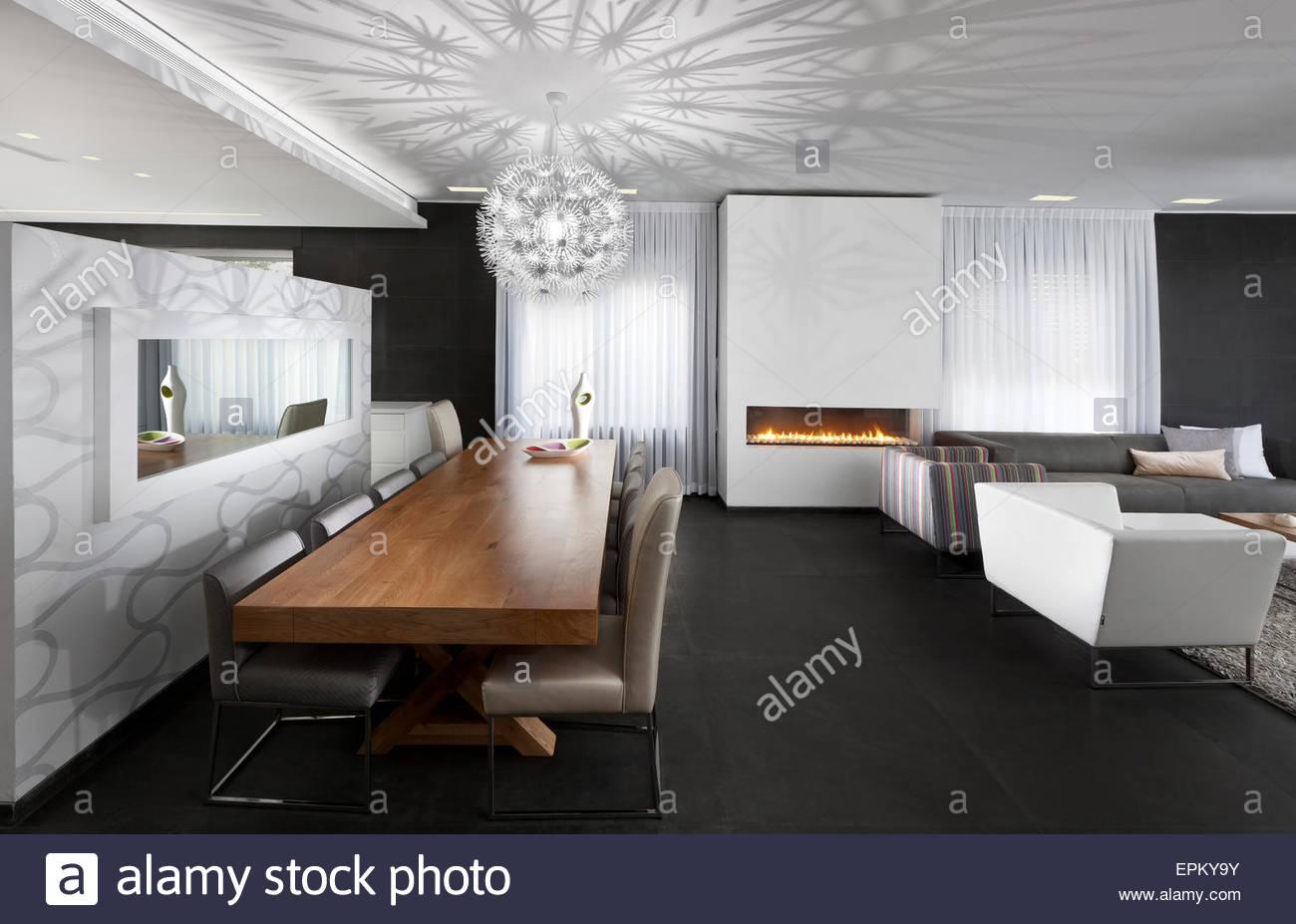 Zimmer Mit Kronleuchter ~ Esstisch aus holz und kronleuchter im großen plan zimmer in